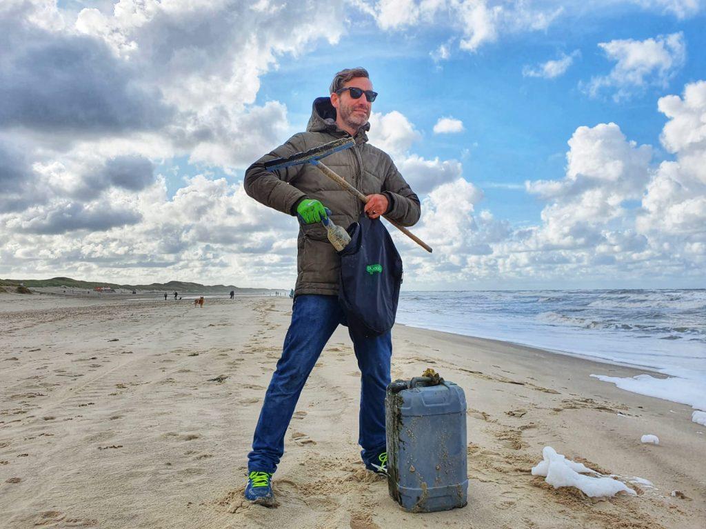 Daan met Plogsack op het strand