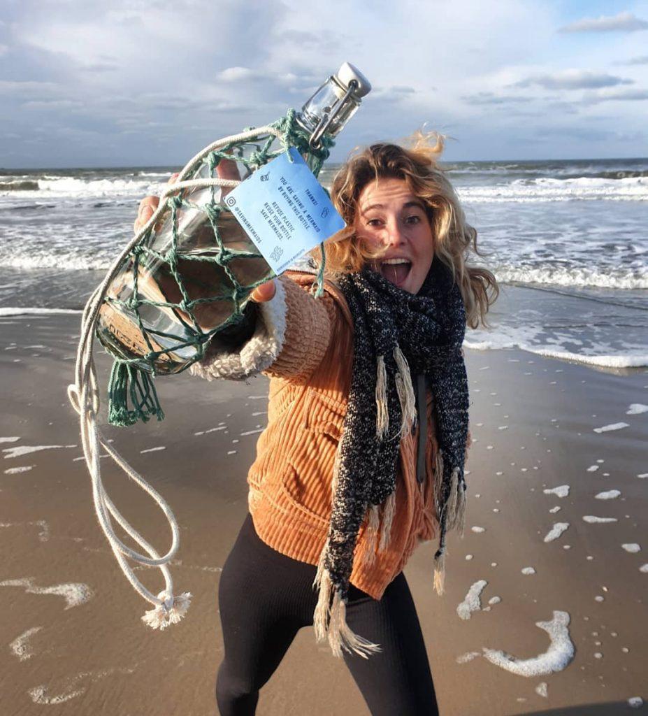 Anne tijdens een beach cleanup