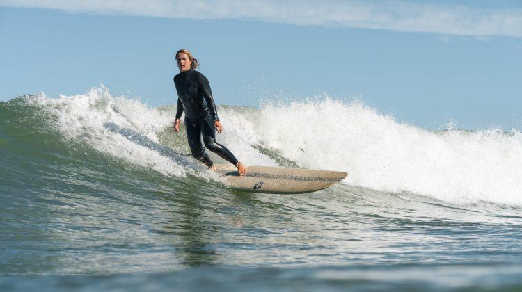 Anne aan het longboardsurfen