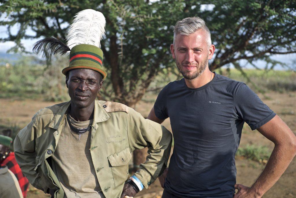 Tim van Hack the Planet samen met een van de stamhoofden